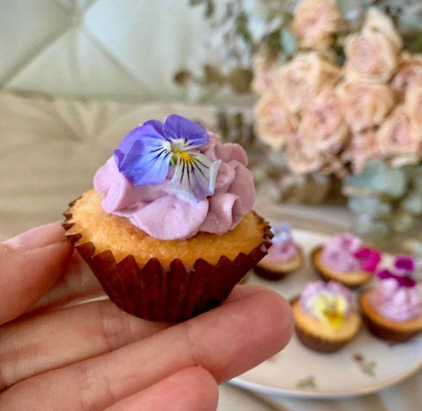 Mini muffins de violetas con pétalos