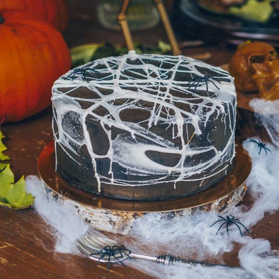 Decora tu tarta de Halloween con telas de araña de azúcar